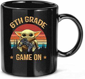 NA Jeu de 6e année sur Baby-Yoda Premier Jour d'école Cadeaux vidéo Gamer Cadeau Tasse Tasse en céramique 11 oz
